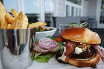 Avenue Waterfront Grille, Grille Burger